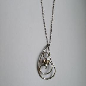 Halskæde i sølv 835 S med sødt vedhæng.  Vedhængets højde: 5,5 cm.  Kædens længde: 43 cm. Stemplet: 835 S. HS