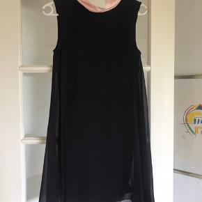 Sælger denne smukke Ted Baker kjole med rygudskæring. Det er en størrelse 1, som svarer til xs/s. Den er i perfekt stand