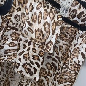 Smukkeste Buch copenhagen kimono med binde bånd, og smukkeste nederdel. Kan sælges samlet eller seperat. Byd 💗  Kimono er S/M og nederdelen er S