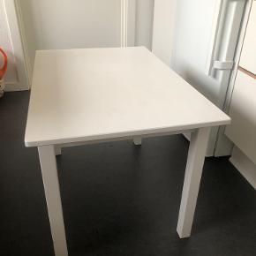 Fint lille Ikea bord, som enten kan bruges som sofabord eller børnebord.  Produktmål: H: 50 B: 50 L: 76