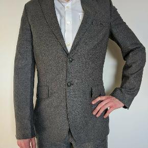 Flot blazer fra Day, lavet i uld og bomuld med fikse velour detaljer på bagsmækken. Str. 48/M jeg er 184/75.
