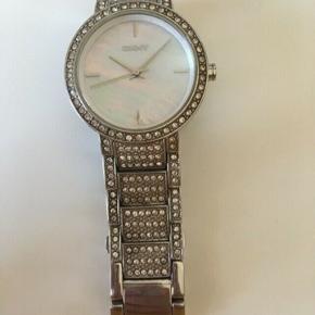 Sælger mit flotte DKNY ur der jeg ikke bruger det.. Ikke brugt særlig meget, ingen tegn på slid... OBS: skal have nyt batteri i