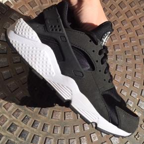 Nike Huarache Str. 39 (små i størrelsen, derfor anført som str. 38) Farve: sort Brugt ved to anledninger i et par timer. Nypris: 1000,- Sælges for 650,- Kan sendes med DAO for 35,-