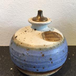 Smuk gammel olie lampe fra Tingkeramik Følle Danmark.  Flot blå-grålig glasur og rå keramik for neden.  Højde 10cm  Bredde 9cm   Rigtig god stand. Ingen skår.  Har kun 1.   • Afhentning i fuglekvarteret Kbh nv.  • Sender med Dao pakkeshop.