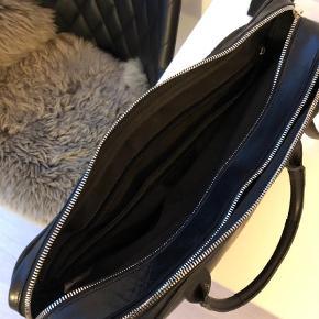 Varetype: Computertaske Størrelse: Blandet Farve: Sort Oprindelig købspris: 3600 kr.  Tasken er et halvt år gammel og kostede 3600 kroner. En skøn taske, med gode rum samt en komfortabel skulderstrop i læder. Tasken har en smule patina hist og her.