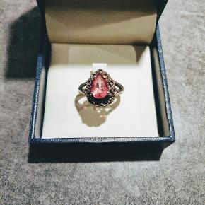 Super fed sølvring med stor lyserød zirkon.   Diameter 1,8 cm  Byd 🌸( æske medfølger ikke ).