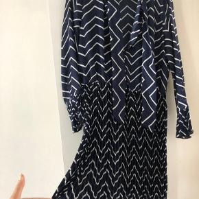 Smuk og luftig kjole fra Rue De Femme. Kjolen er kun brugt 1 gang. Kjolen har pliséret underdel på kjolen og flæse på ærmerne.