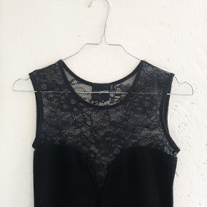 Sælger denne stramme sorte kjole med blonder fra Asos. Den er brugt et par gange, men ingen tegn på slid.  Det er en størrelse 36.