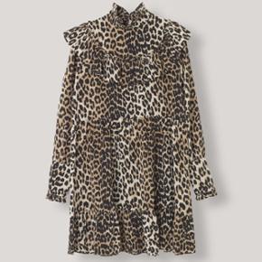 Helt ny ganni kjole i 100% silke. Aldrig brugt - har blot fortrudt. Ny pris: 2500,-