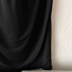 Asos kjole i sort med 2 forskellige stoffer   Størrelse: 38   Pris: 100 kr   Fragt: 37 kr ( 33 kr ved handel over Trendsales )