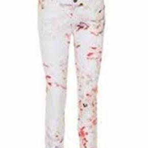 Karen by Simonsen fra  Munthe + Simonsen  🌟 Style name: Lola Pants.  Bomuld med 3% Elastan.  Har få mikroskopiske pletter på det ene ben. Men pga mønsteret lægger man ikke mærke til dem, synes jeg.  Søger dem i str 40 🔎  #30dayssellout