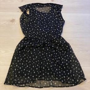 Flot sort kjole med små skelethoveder, diamanter og hjerter på. BYD gerne ;)