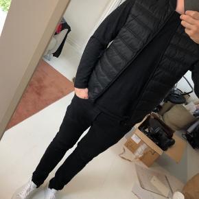 En let sweat jakke med et let foret forstykke i en polyester miks. En mellemting mellem en cardigan og en jakke. Kan bruges under eksempelvis en frakke.  OBS! Ønskes handlen gennemført via TS afholder køber gebyret.