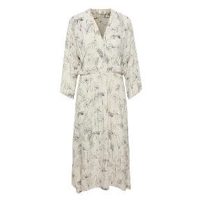 Sød sommer kjole fra Inwear, model SKETCH FLOWERS REANNEIW. Brugt en gang, sælges da denne er lidt for lang til mig.