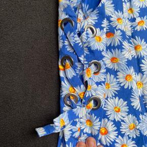 Hej☺️ Sælger denne sygt smukke buksedragt fra zara str 152. Uden huller eller pletter. Desværre har den en lille revne i Stoffet på stropperne (billede 3)