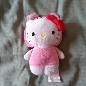 Sød lille Hello Kitty bamse, hvor huen kan tages af og på. Ca. 15 cm høj.