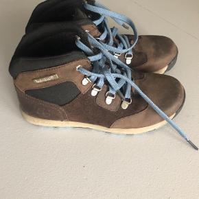 Varetype: Støvler Farve: Brun Oprindelig købspris: 899 kr.  Super fede Timberland støvler. Brugt 1 gang og som nye  Jeg sender med DAO og jeg sender altid samme dag eller dagen efter handel