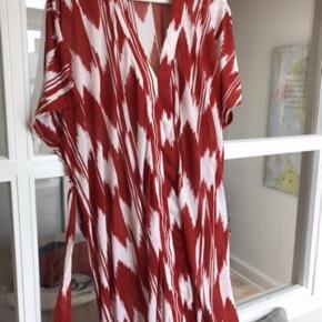 Løs kjole med bælte. Kan bruges som strand kjole eller alm kjole med en underkjole under.  Oversize model.  Køber betaler Porto.