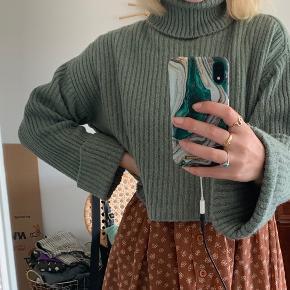 Mintblå/grønlig cropped sweater med rullekrave🦋 ses på en str. s-m