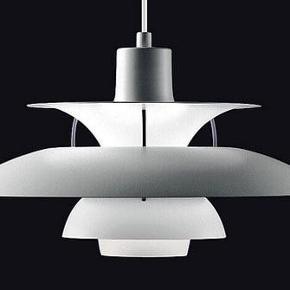 Original PH5 lampe, blevet larkeret 100% hvid hos maler. Er i utrolig flot stand. Giver et smukt lys. Ny pris 5.595 kr. Ingen kvittering. 5 år gammel.