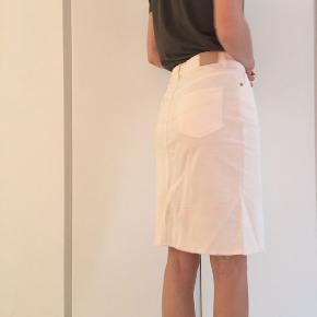 Creme hvid nederdel. Næsten aldrig brugt. Str 36  Skal bare stryges