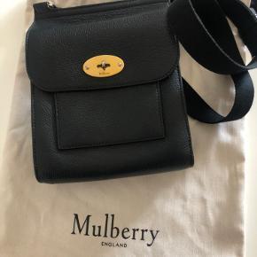 Smuk Mulberry small Anthony med guld ass og sort skind sælges. Ligger i original dustbag. Købt hos Happel Odense for 2 år siden. Ikke brugt meget. Kvittering findes ikke men tasken er original og ægte. Nypris kr 4600. Sælges for kr 2500. Måler ca 20x19 cm.