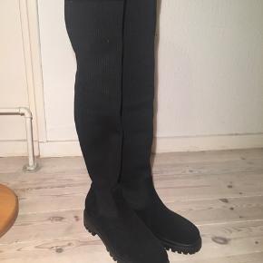Sorte over the knee boots / støvler. I lækkert elastisk stof så de IKKE falder ned - super komfi men jeg er bare ikke en støvle pige 😫 selvom jeg ville ønske det. De er købt på zalando og brugt EN gang. Fra Tommy jeans /Hilfiger