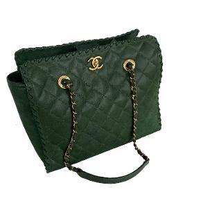 """Chanel """"Happy Stitch"""" Tote skuldertaske i smukkeste grønne farve. Aged guld hardware.   I som ny stand.   Mål: 35cm (breddeste sted for oven), 30cm (bredde i bunden), 25cm i højde, 15cm i dybde.   Fast pris: 17800dkk. For køb og spørgsmål skriv til Info@deedee-tasker.dk"""