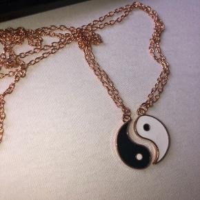 Aldrig brugt  👭🏼Venindehalvskæder👭🏼 🖤🤍(yin og yang)🤍🖤 Skriv og få mere info ❣️Mængderabat❣️ Sælges med god indpakning!!📦