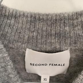 Fin, grå sweater fra Second Female. Str. xs.  Byd gerne ☀️
