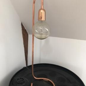 Lækker Pipe bordlampe fra Skjalm P i kobber.  Lampen er patineret gennem årene (se foto), men det gør den bare endnu lækrere 😍..