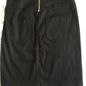Kort sort nederdel ked guld lynlås bagpåfra Pieces str S, aldrig brugt.  Pris 60 kr + porto