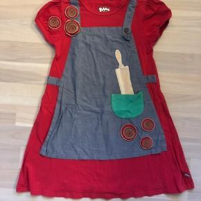 Brugt men i pæn stand.  Rosa fra rouladegade kjole fra Ramasjang kluns. Nypris 350kr Kan sendes med dao a 37kr