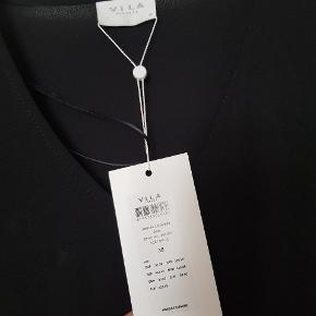 Sælger denne fine kjole for min mor, der har købt den på nettet. Den sad dog ikke rigtig godt på hende, og hun fik desværre ikke returneret den tids nok.  VILA kjole str. 38 aldrig brugt, og mærket sidder stadig i.
