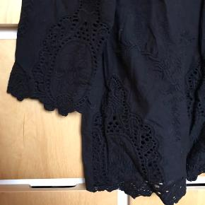 Endnu en sød sort top, med blomster mønstre i stoffet.