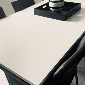 """Spisebord """"Madrid """" fra Idemøbler. kr 2500  Materiale : hvid højtrykslaminat bordplade samt sortlakeret metal ben.  Bordet ser meget flot ud, dog med alm. brugspor.  L 220xH 73 x B 100 . Ny pris kr 7500 ."""