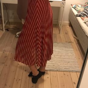 Stribet lang nederdel syet med glittertråd med skiftevis rød og sølvfarve