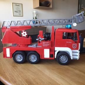 Bruder brandbil med redningskurv og sammenfoldelig vandslange, der kan sprøjte med rigtig vand. Nypris 700 kr.