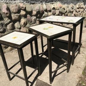3 små fine indskuldsborde med kakler