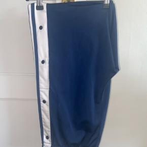 Sælger disse Adidas bukser i str. 38. Super fede med knapper ned ad siden. Aldrig brugt og fremstår derfor som nye.