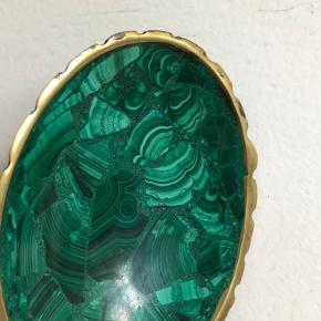 Russisk smykkeskål i grøn marmor lignende sten. Måler 10 x 7 cm