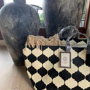 Ubrugt By Malene Birger taske. Darling monogram House bag / Low. I farven Black and Creme. Kun taget ud af indpakning for at tage billede for at fornemme størrelse 🤎 den lækreste taske til opbevaring af f.eks. puder og tæpper. Måler 65 x 38 x 38