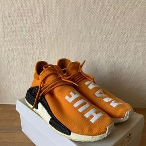 Sælger disse flotte Adidas NMD Human Race i en flot orange farve. Dette er første udgaven af dette samarbejde.  Original kasse og ekstra laces medfølger.