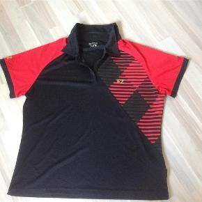 Brand: Fz Forza Varetype: Sports Størrelse: Xxl Farve: Rød Oprindelig købspris: 350 kr.  Ny t-shirt til Badminton sælges til bud fra 80,- pp