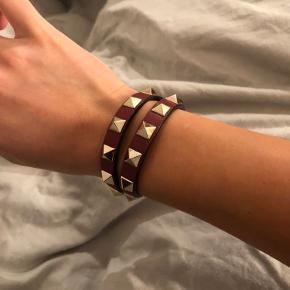 Armbånd, Valentino, læder  Smukt dobbelt wrap rockstud armbånd i bordeauxrød.   Armbåndet er fra Valentino Garavani. Armbåndet står næsten som nu, uden særlige slidtegn.  Købt i Illum i 2017. Kvittering og box haves Nypris: 1.630kr