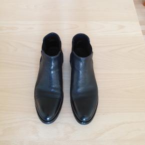 Albarto Fasciani .Håndlavet Italiensk læderstøvlet. Str. 38 .Købt hos Marron i Odense .Brugt tre gange. Nypris 4400 kr. Sælges for 2000 kr. Tlf. 22329369