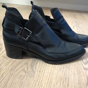 Fine støvler med cut-out. Kan bruges uden strømper til sommerkjoler og til vinter er de super fine med en lille glitterstrømpe eller lignende i.   Sendes for købers regning.