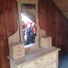 Afsyret toiletbord/sminkebord i træ   Gode opbevaringsmuligheder, spejlet er ikke sat fast grundet transport men monteres med et par skruer.   Højde (på underdel): ca 68cm  Længde: ca 118cm Bredde: ca 50cm  Mp 400  Kan afhentes på østerbro i København  🌸