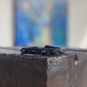 Valentino armbånd  Cw: sort Alt medfølger udtagen kvit God stand, men slidt et enkelt sted, intet der påvirker armbåndet funktion, og intet man kan se når det er på. (Ses på 2,3 billede) Size: one size  Mp på 400 kr.