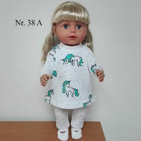 Nyt hjemmesyet dukketøj der passer til Baby Born og Baby Borns søster. Syet i økologisk bomuldsjersey. Sæt nr 38 50,- kr Sæt nr 38 A 75,- kr. Sæt nr 38 B 80,- kr  Porto med Dao er 35 kr. Ved køb for min. 300 kr betaler jeg porto.